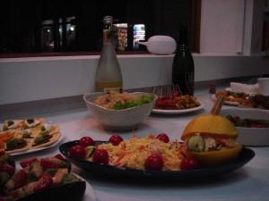 オープニングのすてきな料理/奥の白いカボチャそうめんは度會氏の小品作品