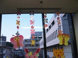 小牧市民病院小児科/中待ち合いの装飾 エアコンの風に揺られる
