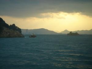 大島「あばぎ」から向こうの高松を臨む