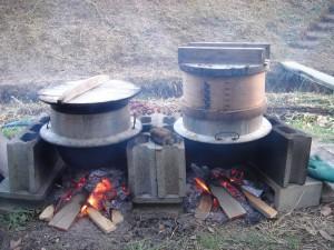 餅米を蒸篭で蒸す。
