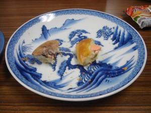 朝食のパンをスタッフ泉と分け合う