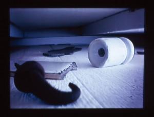 その床下のギャラリーには元うどん屋だった様々な遺物を拾い集め展示した。これは床下のギャラリーに小型カメラを仕込み、それをテレビモニターで見られるように装置づけられている。