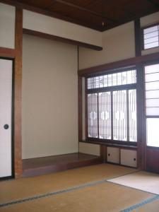 空き家「やさしい家」の床の間。これらの空間は元の特徴を活かして展示スペースとして活用する。