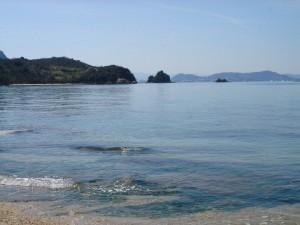 べた凪の海 海が島を映す