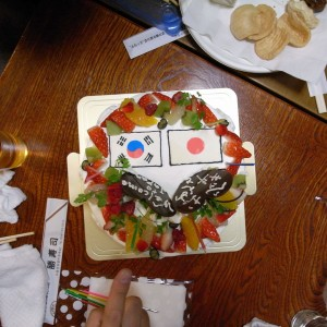 日本と韓国の国旗が入っている誕生日ケーキ。