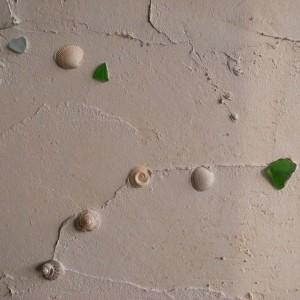 塗り込めた漆喰に大島で拾った貝殻などをちりばめる