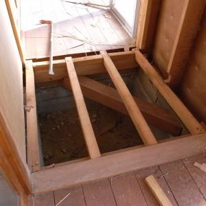 丁寧に材料をはずしていくと床と壁の構造体が現れた