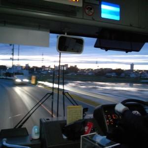 謝恩会会場に行くためスクールバスに乗る
